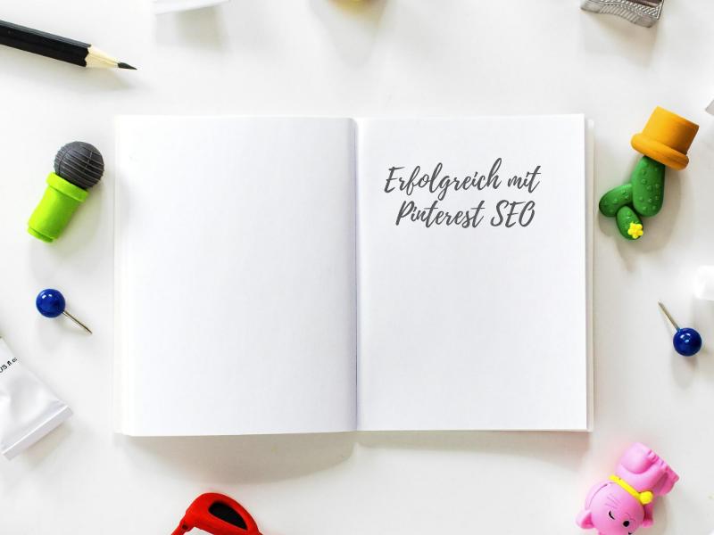 Flat Lay Notizbuch auf Tisch - Erfolgreich mit Pinterest SEO